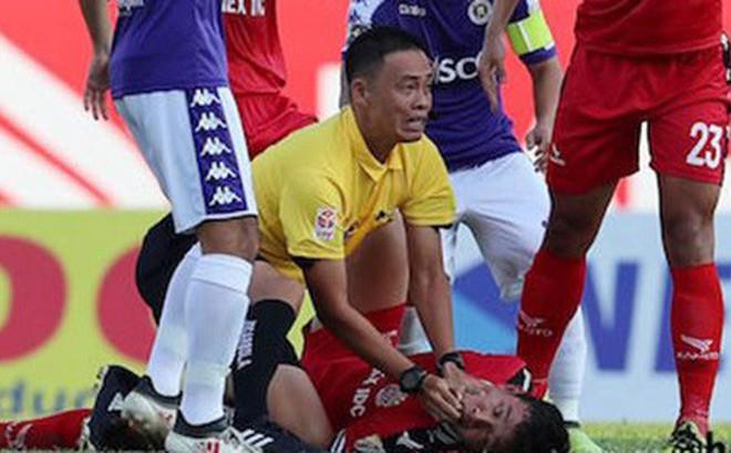Trọng tài nhanh trí giúp cầu thủ không bị tự cắn lưỡi được VFF khen thưởng