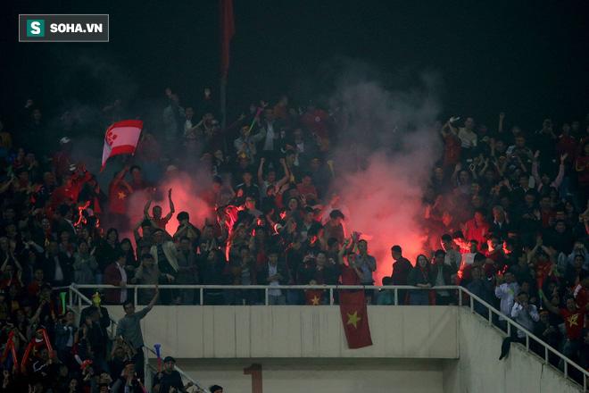 Việt Nam bị AFC phạt gần 1 tỷ đồng vì pháo sáng, nguy cơ bị xử thua không còn xa - Ảnh 1.