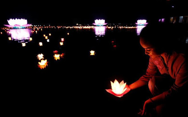 24h qua ảnh: Phật tử thả đèn hoa đăng tại ngôi chùa lớn nhất thế giới