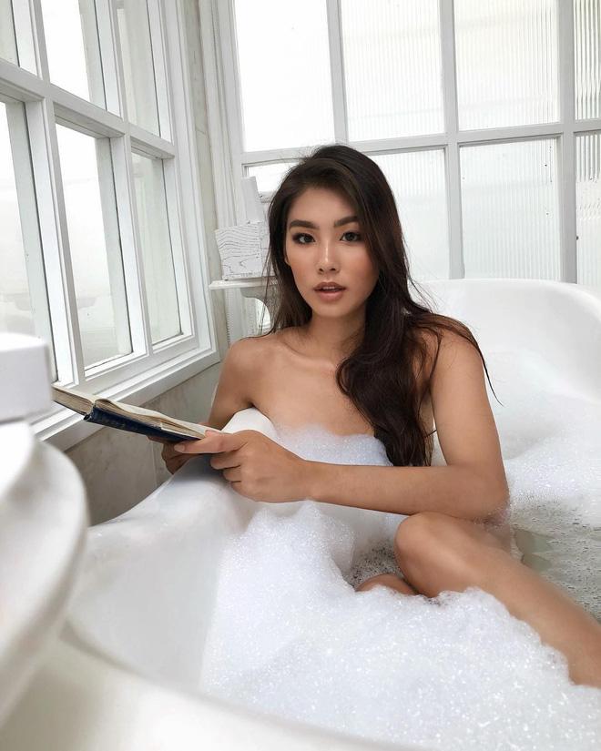 Khi bồn tắm là phụ kiện đọ độ chanh xả của hot girl: Người hở bạo, kẻ kín đáo nhưng vẫn khó phân định ai sexy hơn - Ảnh 2.