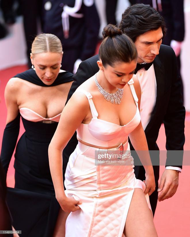 Thảm đỏ LHP Cannes 2019: Selena bức thở với vòng 1 khủng, Ella Fanning như bà hoàng bên dàn siêu mẫu Victorias Secret - Ảnh 3.