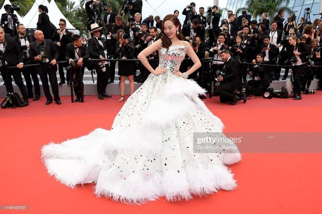 Thảm đỏ LHP Cannes 2019: Selena bức thở với vòng 1 khủng, Ella Fanning như bà hoàng bên dàn siêu mẫu Victorias Secret - Ảnh 23.