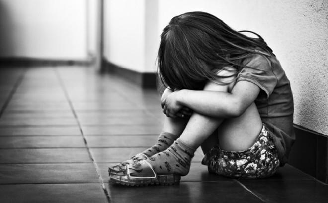 Cưỡng hiếp con gái riêng của vợ,  lời biện hộ của gã bố dượng càng khiến mọi người ghê tởm