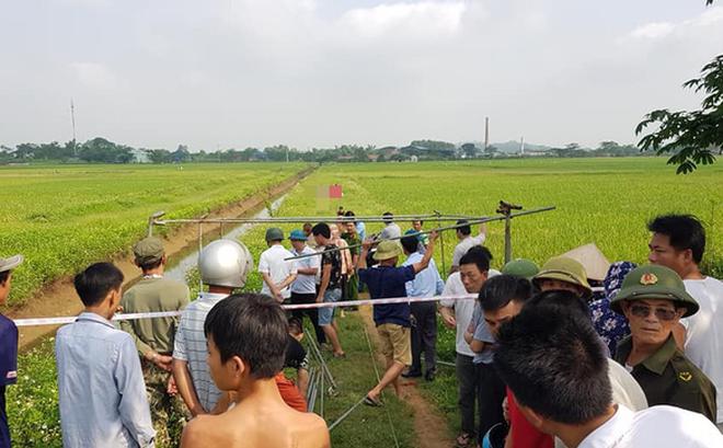 Người đàn ông tử vong bên cạnh xe máy giữa cánh đồng ở Hà Nội