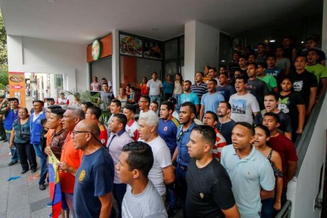 Quá hạn trả nợ, 65 lính Venezuela đào ngũ bị khách sạn Colombia phũ phàng đuổi ra ngoài - Ảnh 1.