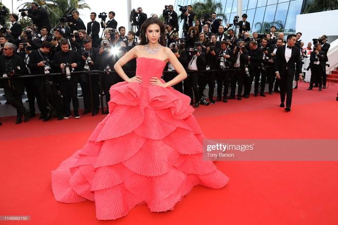 Ngày thứ 2 Cannes xuất hiện nữ thần nhan sắc chặt chém thảm đỏ, khiến Phạm Băng Băng Thái Lan chịu lép vế - Ảnh 3.