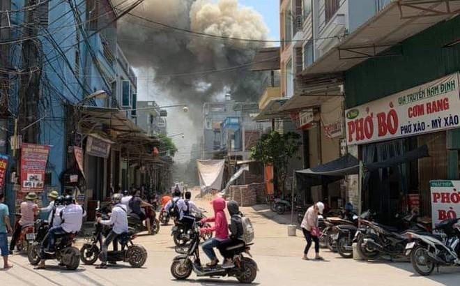 Hà Nội: Xưởng mộc rộng 200m2 bốc cháy dữ dội giữa trưa nắng