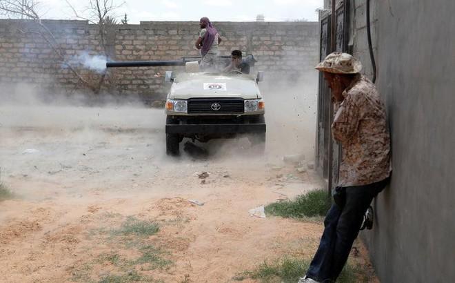 24h qua ảnh: Binh sĩ Libya nã pháo nhằm vào quân nổi dậy