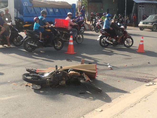 Nam thợ hồ đi xe máy bị xe container cán qua đầu, chết thương tâm ngày cuối tuần - Ảnh 1.