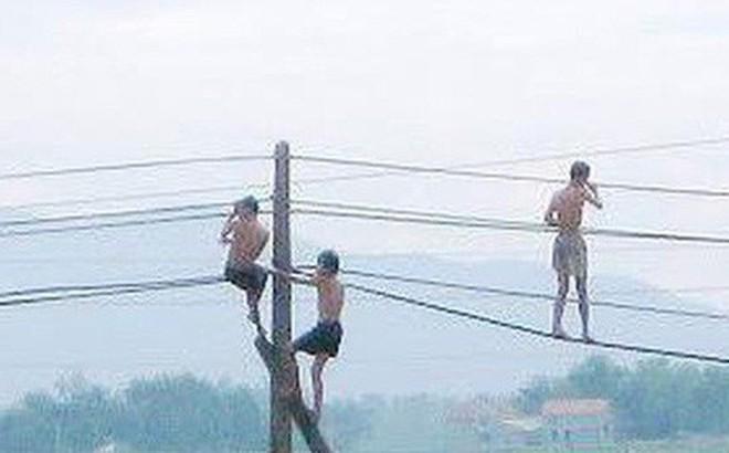 Sơn La: Đu dây điện khi tắm ao, 4 cháu nhỏ bị giật thương vong