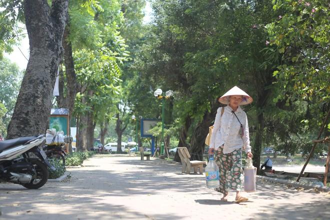 Người Hà Nội chống chọi với nắng nóng như thiêu như đốt đến hơn 40 độ C - Ảnh 10.