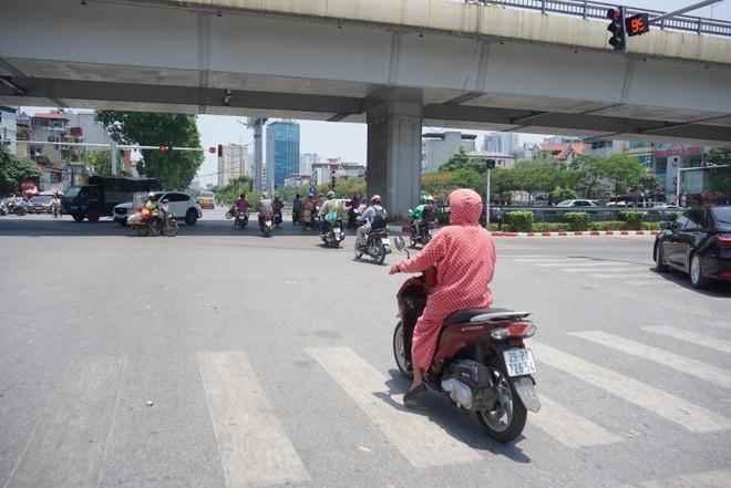 Người Hà Nội chống chọi với nắng nóng như thiêu như đốt đến hơn 40 độ C - Ảnh 11.
