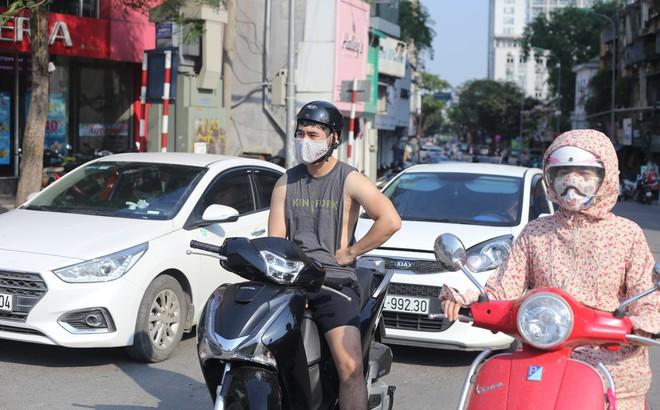 """Người Hà Nội chống chọi với nắng nóng """"như thiêu như đốt"""" đến hơn 40 độ C"""