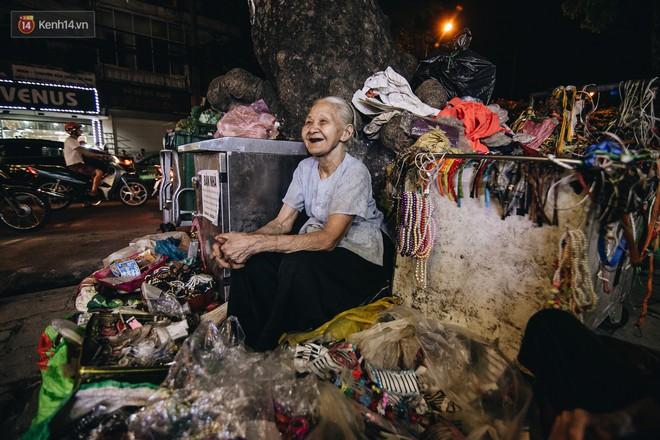 Đời buồn của cụ bà bán hàng rong sống cạnh nhà vệ sinh công cộng ở Hà Nội: Ngày xưa lăn lộn nuôi con, nhưng chúng nó lần lượt ra đi hết rồi... - Ảnh 1.