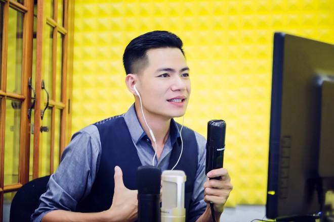 Thành công ở tuổi 37, chàng ca sĩ Đinh Duy Chinh mang yêu thương đến người nghèo - Ảnh 1.