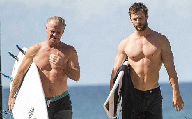 """Thân hình bố của """"Thor"""" Chris Hemsworth bất ngờ gây bão: Ai dè còn chuẩn hơn """"hàng Úc"""" siêu hot của con trai"""