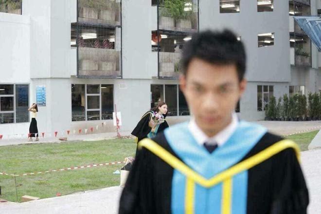 Tút tát bảnh choẹ chụp ảnh tốt nghiệp, nam sinh khóc ròng khi nhận về toàn hình bản thân mờ tịt làm nền cho gái xinh - Ảnh 1.