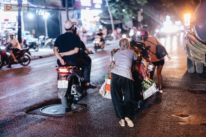 Đời buồn của cụ bà bán hàng rong sống cạnh nhà vệ sinh công cộng ở Hà Nội: Ngày xưa lăn lộn nuôi con, nhưng chúng nó lần lượt ra đi hết rồi... - Ảnh 17.