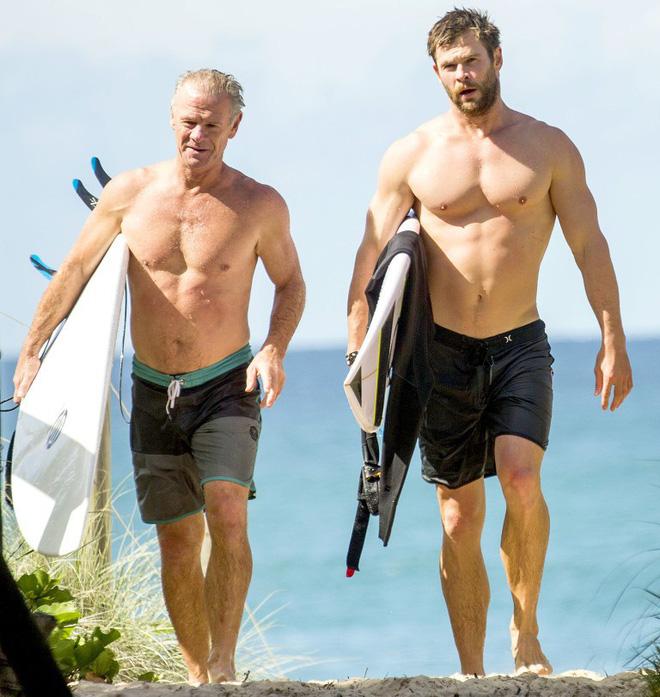 Thân hình bố của Thor Chris Hemsworth bất ngờ gây bão: Ai dè còn chuẩn hơn hàng Úc siêu hot của con trai - Ảnh 3.