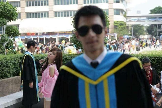 Tút tát bảnh choẹ chụp ảnh tốt nghiệp, nam sinh khóc ròng khi nhận về toàn hình bản thân mờ tịt làm nền cho gái xinh - Ảnh 3.