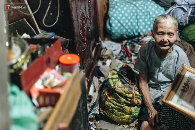 Đời buồn của cụ bà bán hàng rong sống cạnh nhà vệ sinh công cộng ở Hà Nội: Ngày xưa lăn lộn nuôi con, nhưng chúng nó lần lượt ra đi hết rồi... - Ảnh 6.