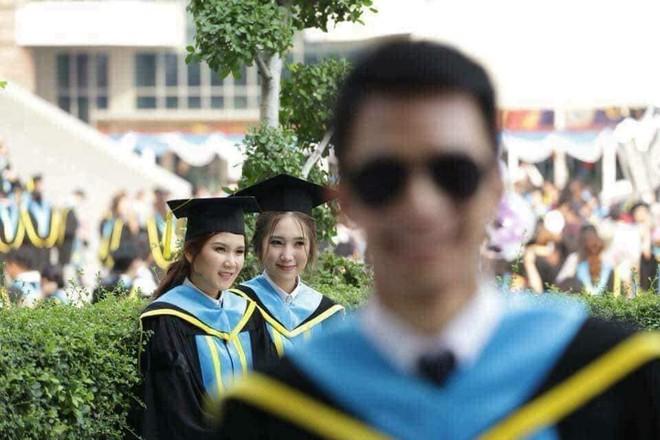 Tút tát bảnh choẹ chụp ảnh tốt nghiệp, nam sinh khóc ròng khi nhận về toàn hình bản thân mờ tịt làm nền cho gái xinh - Ảnh 4.