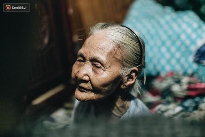Đời buồn của cụ bà bán hàng rong sống cạnh nhà vệ sinh công cộng ở Hà Nội: Ngày xưa lăn lộn nuôi con, nhưng chúng nó lần lượt ra đi hết rồi... - Ảnh 7.