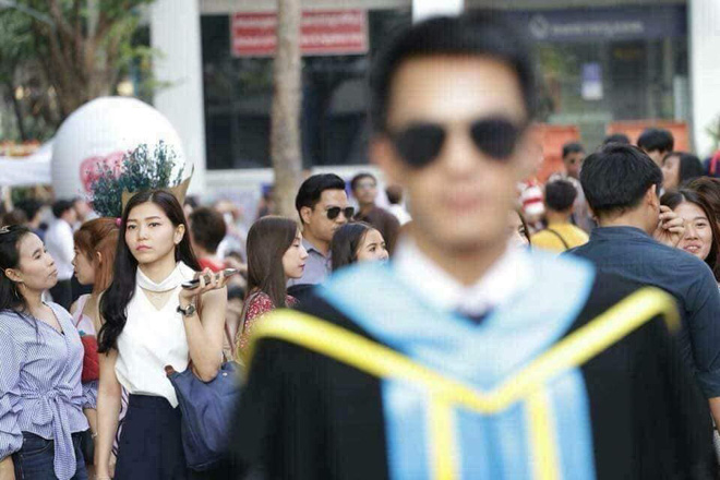 Tút tát bảnh choẹ chụp ảnh tốt nghiệp, nam sinh khóc ròng khi nhận về toàn hình bản thân mờ tịt làm nền cho gái xinh - Ảnh 5.