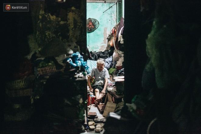 Đời buồn của cụ bà bán hàng rong sống cạnh nhà vệ sinh công cộng ở Hà Nội: Ngày xưa lăn lộn nuôi con, nhưng chúng nó lần lượt ra đi hết rồi... - Ảnh 8.