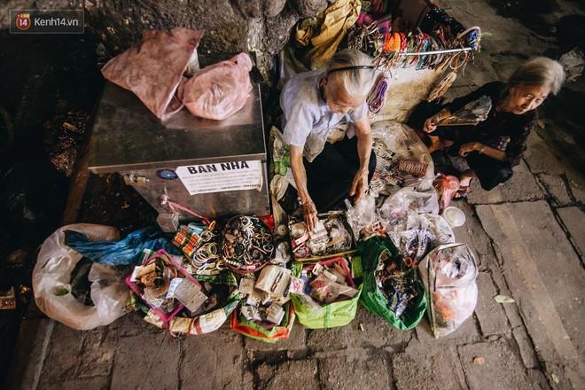Đời buồn của cụ bà bán hàng rong sống cạnh nhà vệ sinh công cộng ở Hà Nội: Ngày xưa lăn lộn nuôi con, nhưng chúng nó lần lượt ra đi hết rồi... - Ảnh 9.