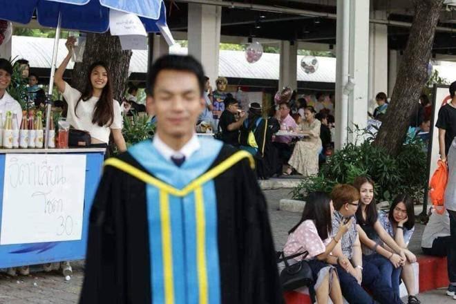Tút tát bảnh choẹ chụp ảnh tốt nghiệp, nam sinh khóc ròng khi nhận về toàn hình bản thân mờ tịt làm nền cho gái xinh - Ảnh 7.