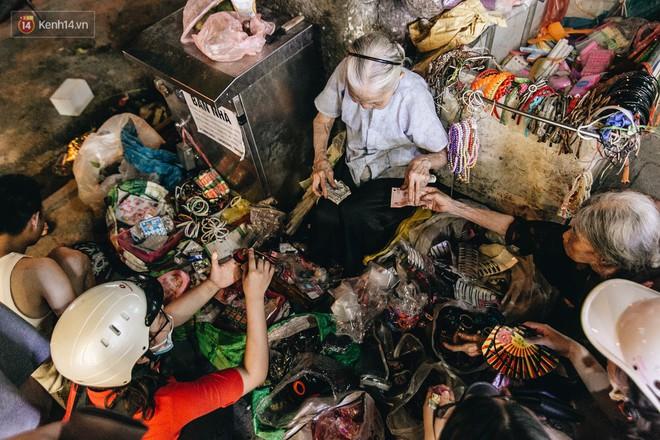 Đời buồn của cụ bà bán hàng rong sống cạnh nhà vệ sinh công cộng ở Hà Nội: Ngày xưa lăn lộn nuôi con, nhưng chúng nó lần lượt ra đi hết rồi... - Ảnh 10.