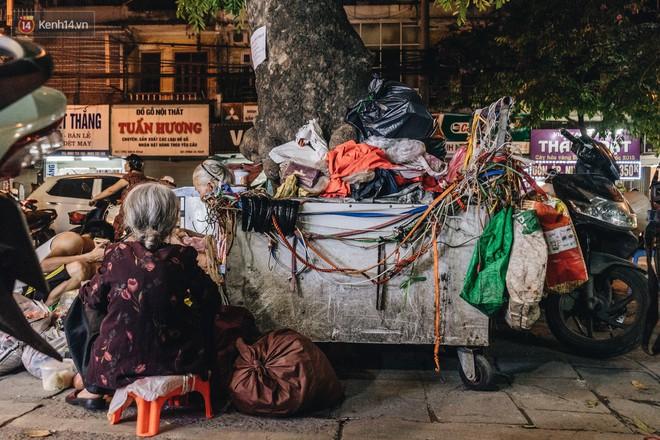Đời buồn của cụ bà bán hàng rong sống cạnh nhà vệ sinh công cộng ở Hà Nội: Ngày xưa lăn lộn nuôi con, nhưng chúng nó lần lượt ra đi hết rồi... - Ảnh 14.