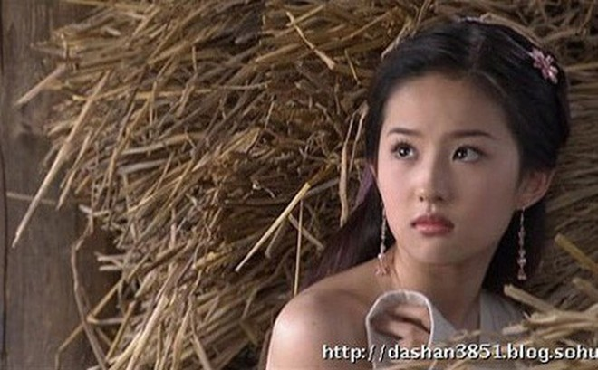 Nhân vụ nữ diễn viên 15 tuổi đóng phim 18+ gây sốc, fan đào lại cảnh cởi áo năm 16 tuổi của Lưu Diệc Phi