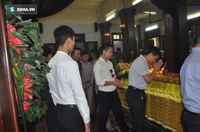 Đám tang đẫm nước mắt của nữ nhân viên nhà hát kịch bị xe Mercedes đâm tử vong ở hầm Kim Liên - Ảnh 1.