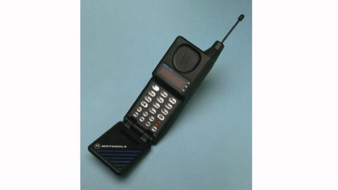 Nhìn lại lịch sử điện thoại màn hình gập, 30 năm sau Motorola MicroTAC - Ảnh 1.