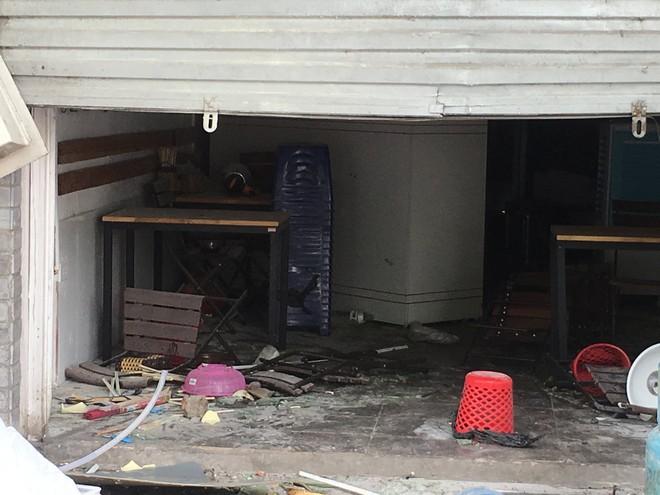 Hà Nội: Nhiều cửa sổ nhà hàng bắn tung tóe sau tiếng nổ lớn lúc nửa đêm  - Ảnh 4.