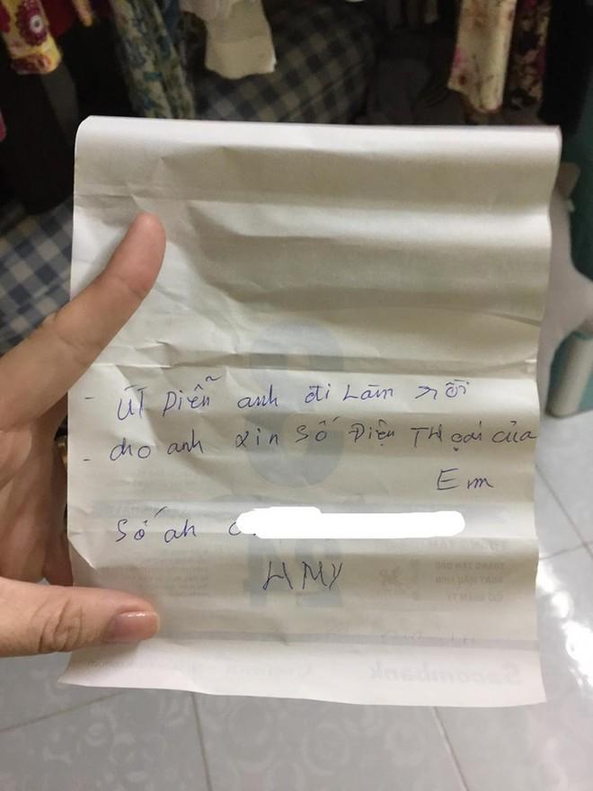 Cô gái nhận mảnh giấy xin số điện thoại ở khe cửa phòng trọ, càng hoảng khi phát hiện người viết - Ảnh 1.