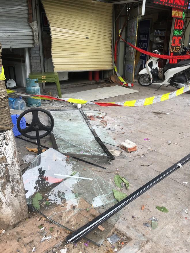 Hà Nội: Nhiều cửa sổ nhà hàng bắn tung tóe sau tiếng nổ lớn lúc nửa đêm  - Ảnh 3.