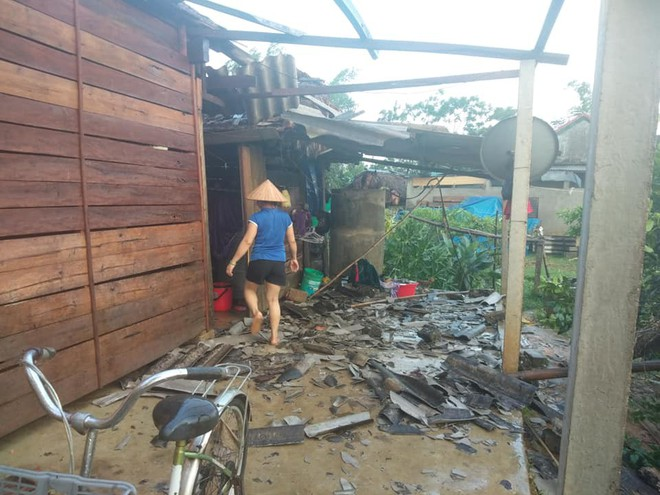 Mưa đá, gió lốc càn quét Nghệ An, Hà Tĩnh khiến nhiều nhà hư hỏng, cây đổ hàng loạt - Ảnh 4.
