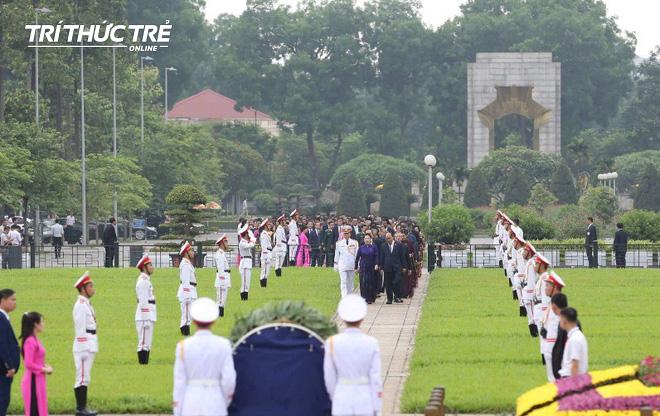 Đại biểu Quốc hội viếng Lăng Chủ tịch Hồ Chí Minh - Ảnh 1.