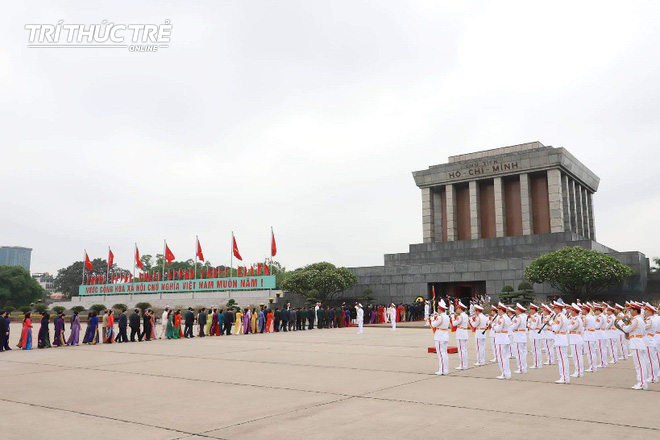 Đại biểu Quốc hội viếng Lăng Chủ tịch Hồ Chí Minh - Ảnh 6.