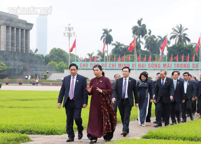 Đại biểu Quốc hội viếng Lăng Chủ tịch Hồ Chí Minh - Ảnh 8.
