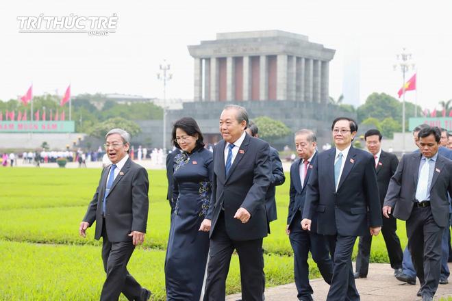 Đại biểu Quốc hội viếng Lăng Chủ tịch Hồ Chí Minh - Ảnh 9.