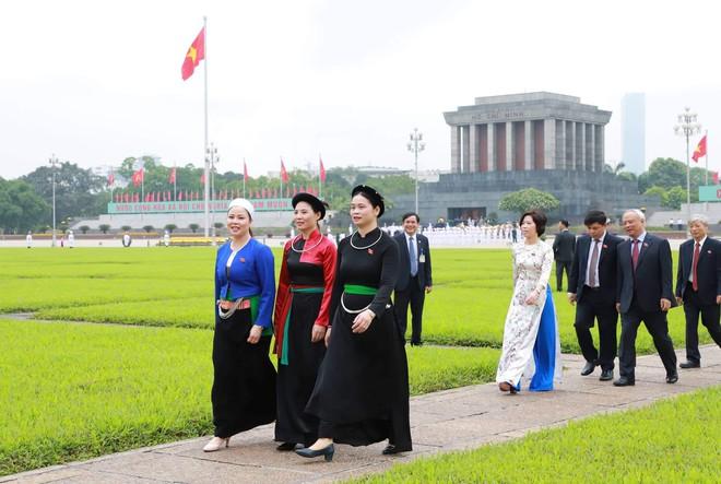 Đại biểu Quốc hội viếng Lăng Chủ tịch Hồ Chí Minh - Ảnh 10.