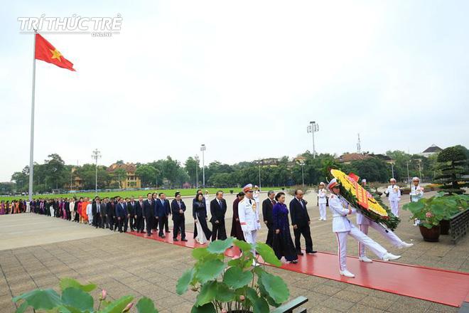 Đại biểu Quốc hội viếng Lăng Chủ tịch Hồ Chí Minh - Ảnh 3.