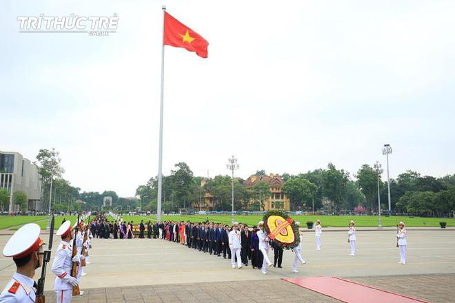Đại biểu Quốc hội viếng Lăng Chủ tịch Hồ Chí Minh - Ảnh 2.