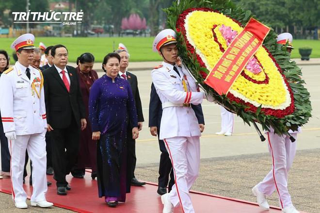 Đại biểu Quốc hội viếng Lăng Chủ tịch Hồ Chí Minh - Ảnh 4.