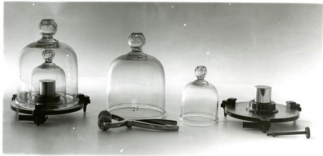 Báu vật ở Pháp: Vì sao quả cân 1kg làm từ kim loại siêu hiếm được cất giữ rất cẩn thận? - Ảnh 4.