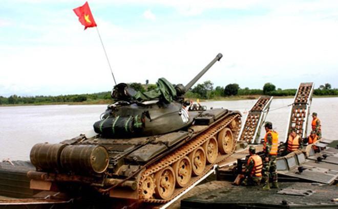 QĐND Việt Nam chở xe tăng qua sông bằng thuyền gỗ: Chuyện có một không hai trên TG - Ảnh 4.